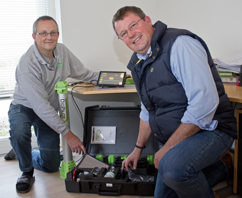 Flemming og Lars fra Vejstrup Maskinstation fremviser DigPilot udstyr til 3D GPS maskinstyring på gravemaskine